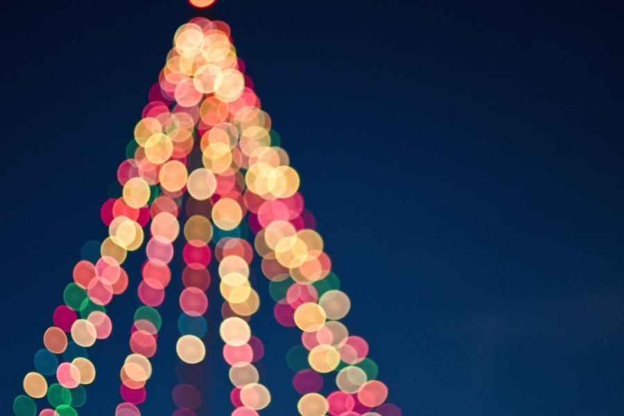 dekoration-weihnachten-lichter-baum-bunt von Tim Mossholder auf pixnio.com (CC0)